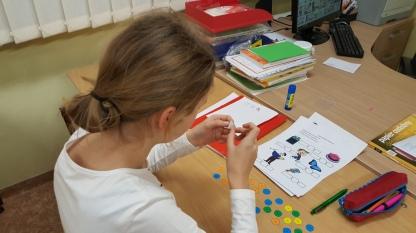 Vaikai labai mėgsta lipdukų knygeles. Todėl ir priesagas klijavo su didžiuliu malonumu :)
