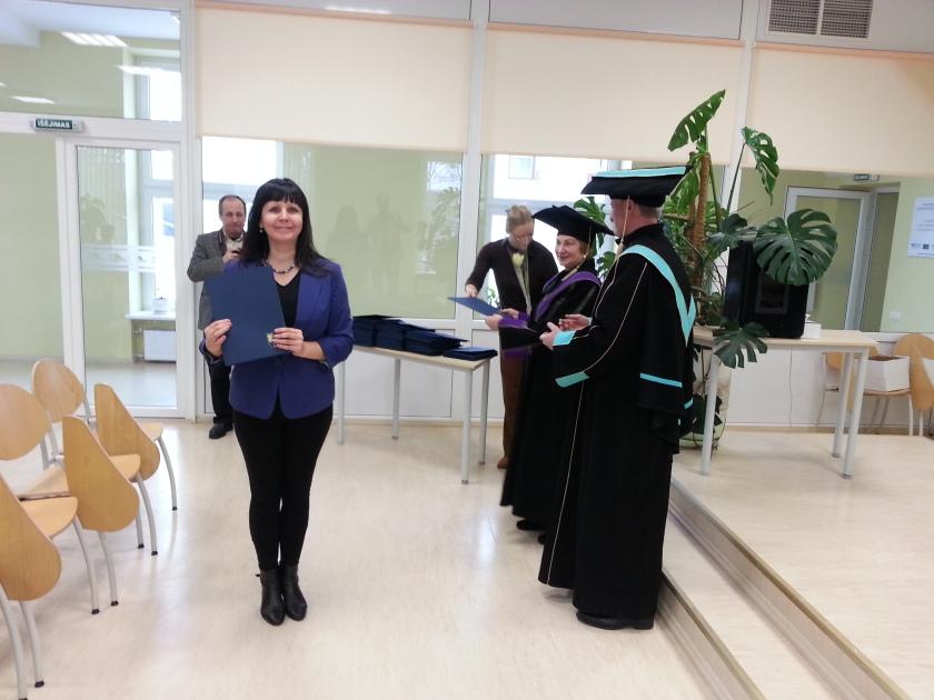 Įdomus faktas – pirmasis diplomas iš didžiulės diplomų krūvos (žiūrėti man už nugaros) buvo įteiktas man!