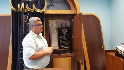 Klaipėdos žydų bendruomenės pirmininkas Feliksas Puzemskis parodė toras.