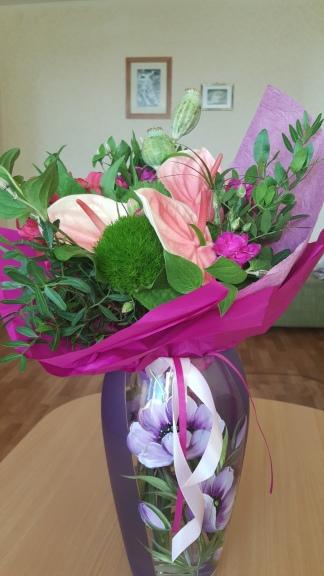 Ačiū, kad nepamiršote mano mėgstamiausios spalvos :) Karoli, už gėlių matosi TAVO paveikslas!